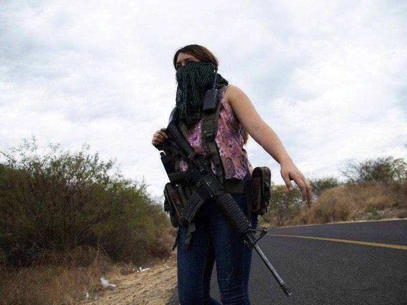 墨西哥米卻肯州許多婦女的子女、丈夫、兄弟和其他男性親屬多慘遭販毒集團綁架甚至殺害,這些婦女因此決定自立自強,保衛家園。美聯社