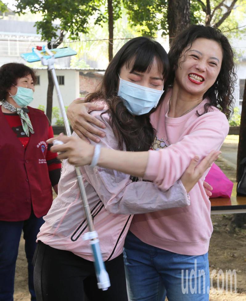 高雄市議員黃捷(左)一早就到鳳山選區跑行程,與社區居民開心互動。記者劉學聖/攝影