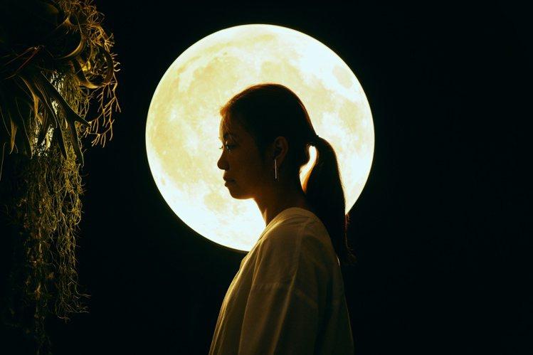 裝置藝術「月逝無聲」,除了展現月球緩慢遠離地球的事實,並嘗試提出有關人類如何看待...