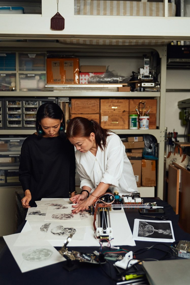 在郭瑛的協助下,許芳華完成了「月逝無聲」的藝術作品,並將精緻主題、藝術和傳統工藝...