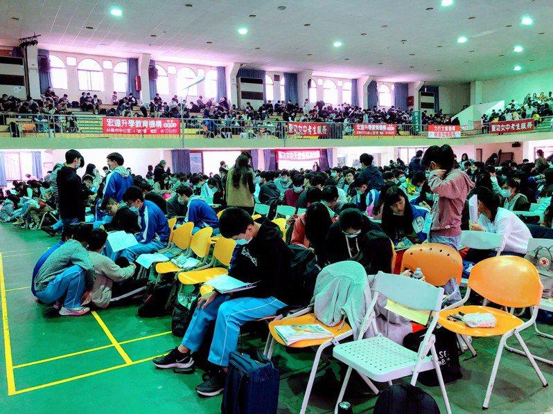 大學學測進入第二天,第一節考數學,考生認為比前幾年難。聯合報系記者鄭惠仁/翻攝