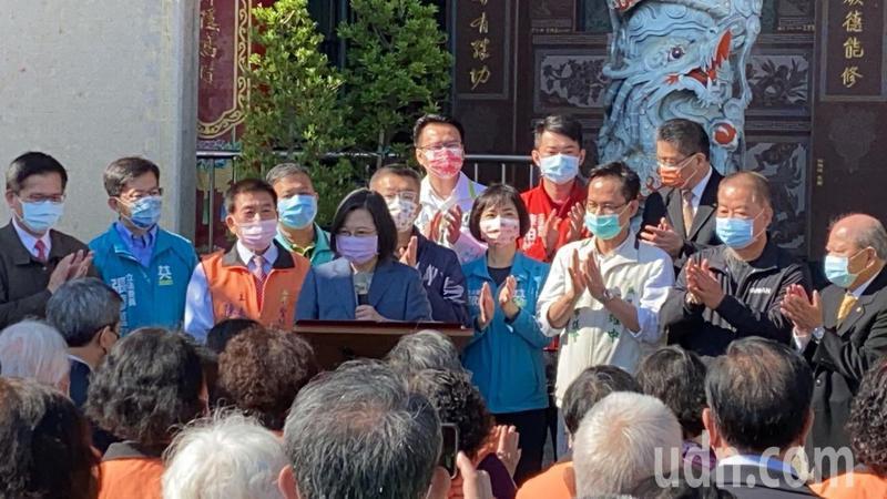 蔡英文總統今天參拜台中聖帥宮後致詞時,感謝站在防疫第一線的醫護人員,並邀台下鄉親為醫護人員、桃園人加油打氣。記者趙容萱/攝影