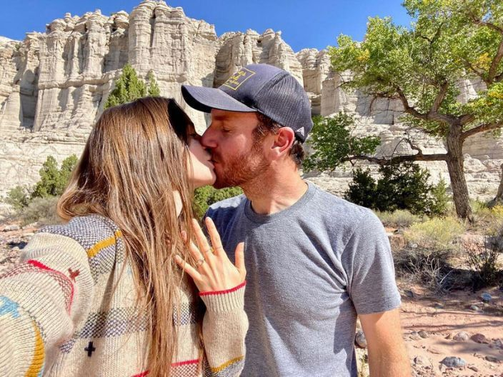 莉莉柯林斯曾發布親吻查理麥道威爾的照片,公開訂婚喜訊。圖/摘自Instagram