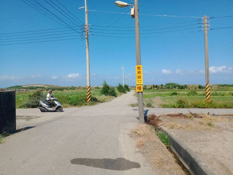 通霄警分局針對農地重劃區內道路受遮蔽物影響交通及易肇事路口裝設「危險路口」、「慢」、「停」等警告標語。圖/通霄警分局提供