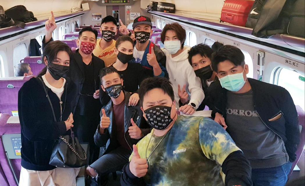 「叱咤風雲」演員群、「角頭-浪流連」演員群今日南下宣傳,在高鐵上相遇。圖/齊石提