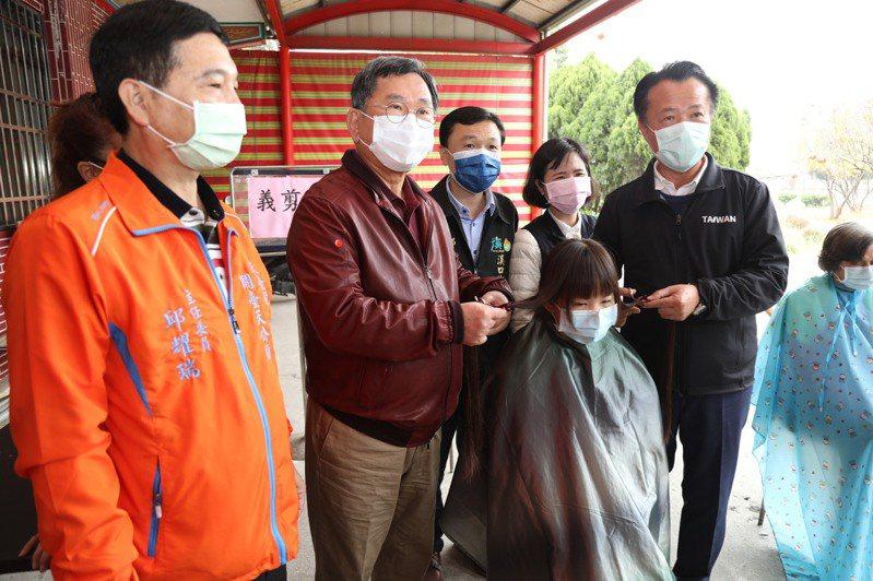嘉義縣大吉國中1年級的盧姓女學生,捐出留了4年的長髮給周大觀文教基金會,為癌症病童盡棉薄心力,這已經是她第三次捐髮了。圖/嘉縣府提供