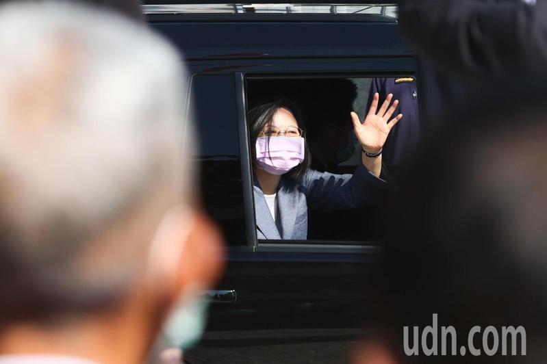 蔡英文總統今天中午前往台中南屯聖帥宮參香,離開時與民眾揮手致意。記者黃仲裕/攝影