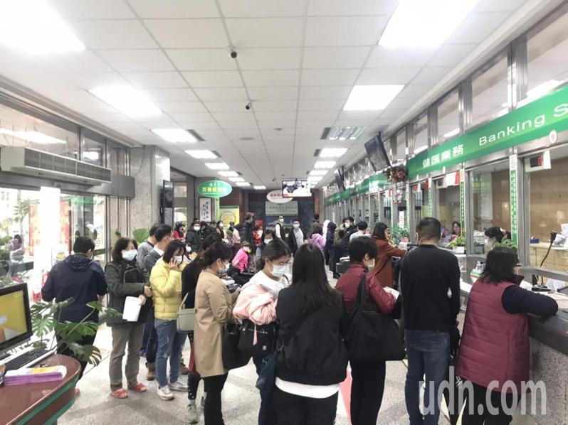 花蓮國安郵局今早湧入大批民眾,要辦理防疫保單的保費匯款。記者王燕華/攝影