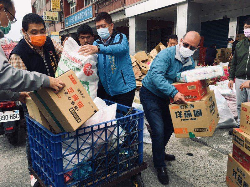 台中市議長張清照今早先到梧棲區頂寮里幫忙發送物資給低收入戶。圖/張清照服務處提供