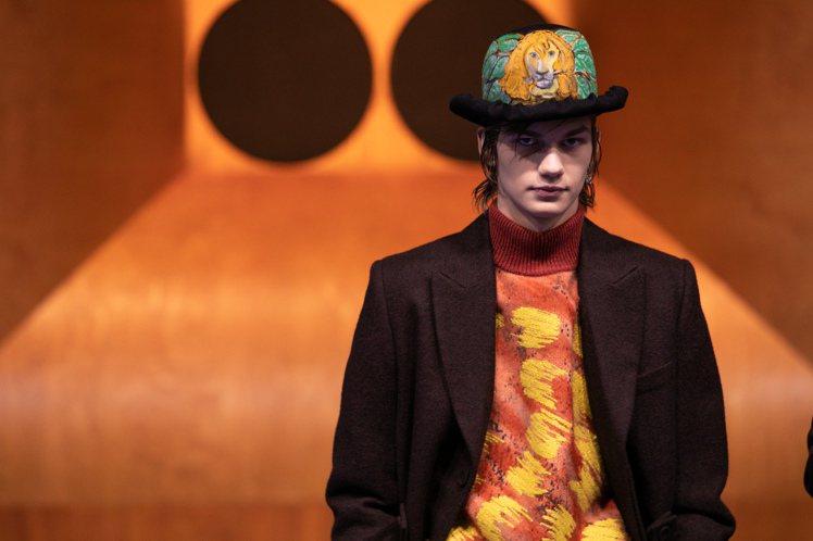 Peter Doig所繪的獅子圖樣也呈現在Stephen Jones設計的毛氈帽...