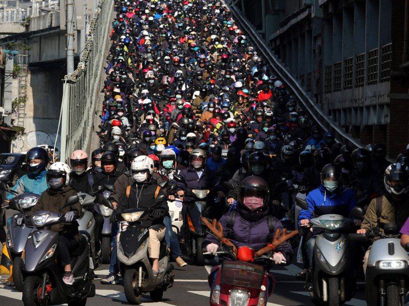 台北市2016至2018年每年「遷出多過遷入」也就是淨遷出的人數約2萬人,2019年增加到2.6萬人,去年更擴大到4萬多人。圖/聯合報系資料照片