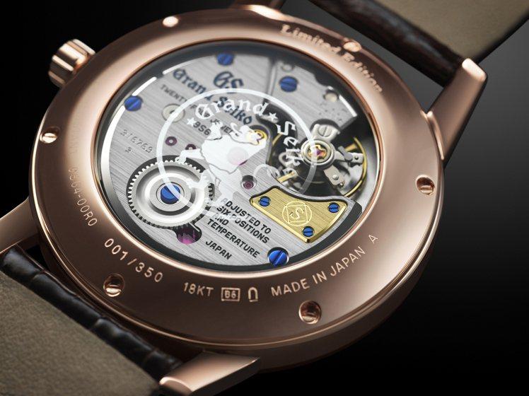 透過Seiko創立140週年紀念腕表的機芯,可見「S」商標置入於18K黃金橋板上...