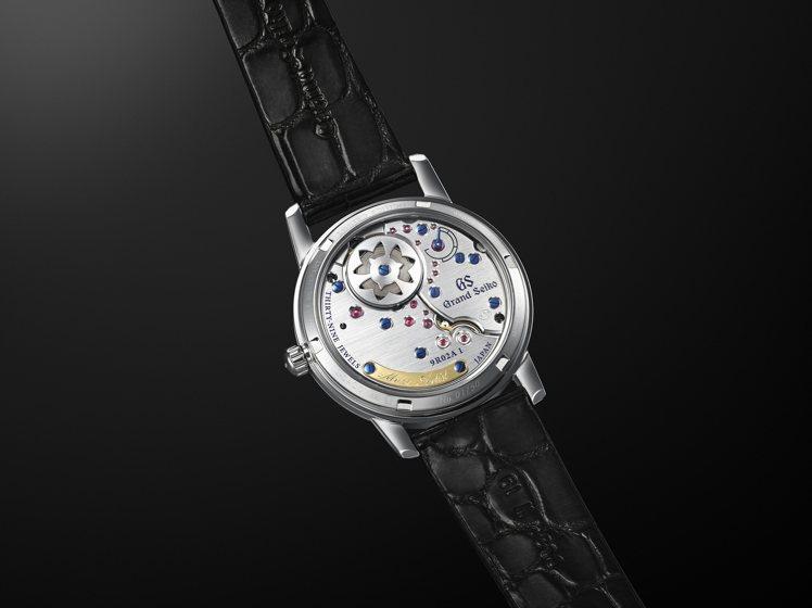 從底蓋可見Grand Seiko服部金太郎160歲誕辰紀念腕表的機芯發條盒,以工...
