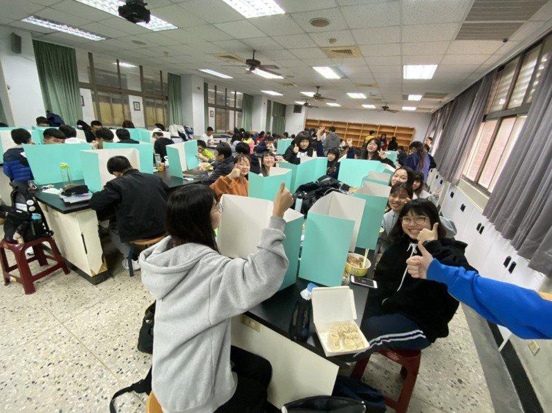 台南二中考場考生立隔板用餐,留下珍貴回憶。記者鄭惠仁/翻攝