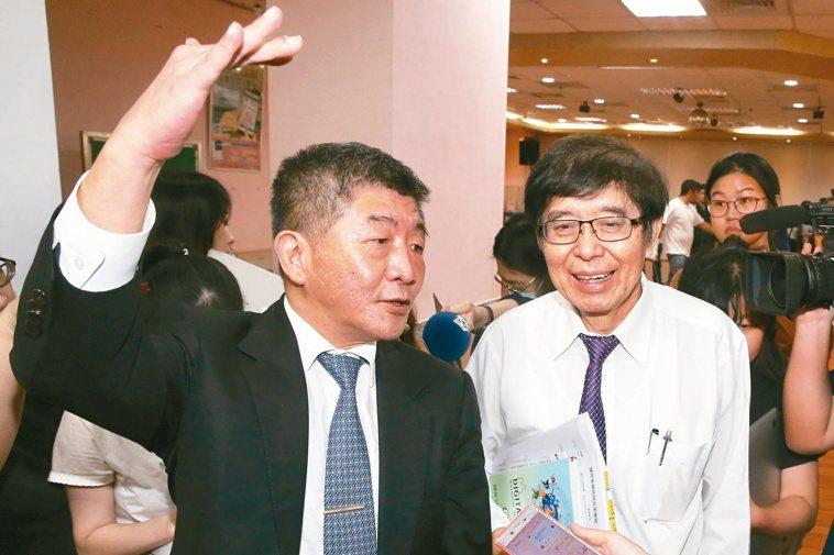 李伯璋(右)表示,台灣因為有健保資料庫,在此次疫情防範上,發揮很大的功用,雖然被...