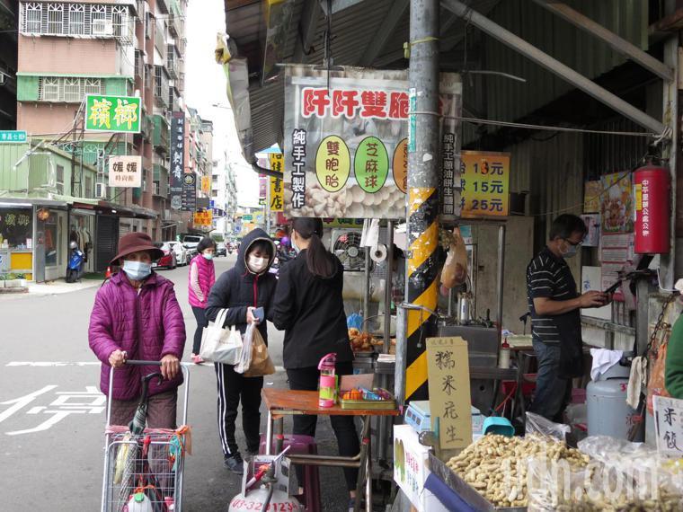 案882到過桃園仲平黃昏市場,攤商照常做生意。記者張裕珍/攝影