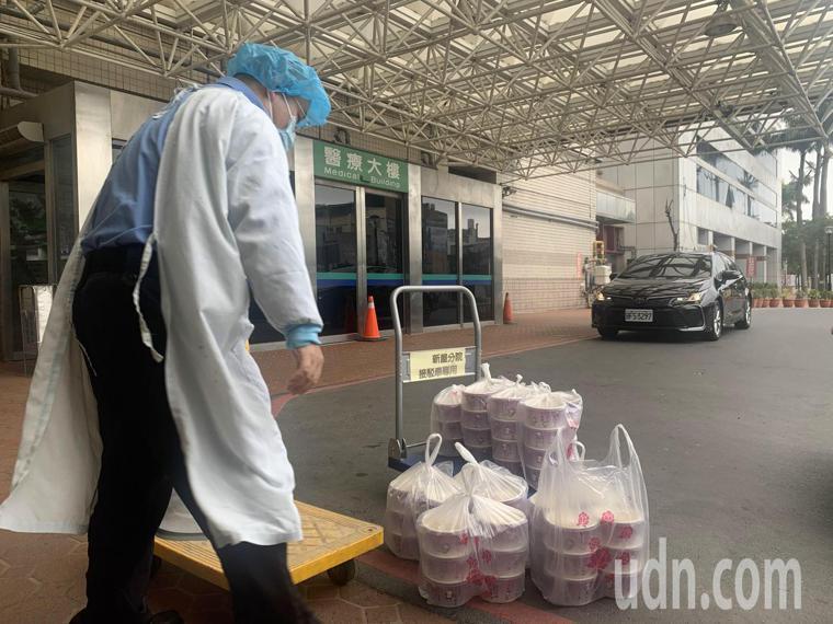臭豆腐業者送來現炸臭豆腐,讓醫院外頓時香味撲鼻。記者巫鴻瑋/攝影