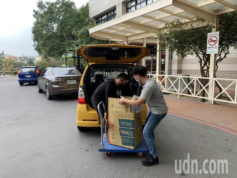 飲料業者可不可也送來上百杯手搖飲料,數量多到必須用板車搬運。記者巫鴻瑋/攝影