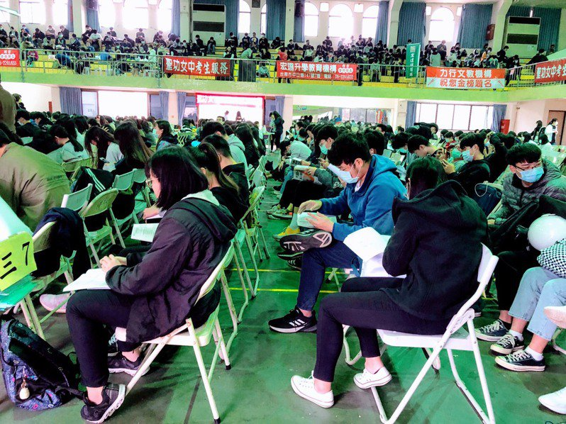 學測國文寫作題目活潑,讓考生無限想像,學生認有趣。記者鄭惠仁/翻攝