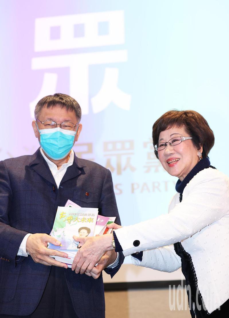 民眾黨國政班今天舉行結業典禮,前副總統呂秀蓮(右)應邀前往演講「台灣前途走向」,會後並送民眾黨主席柯文哲(左)多本著作。記者潘俊宏/攝影