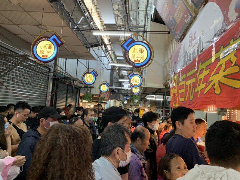 台中第五市場丸東商號去年百元年菜開賣大排長龍景象。圖/李西東提供