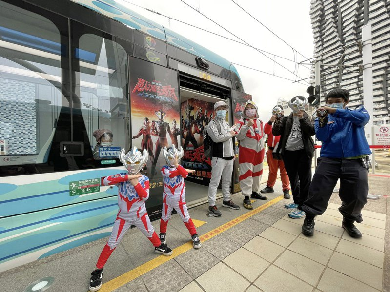 日本經典IP「超人力霸王」推出「劇場版超人力霸王大河-新世代終結黑暗」,還與新北淡海輕軌合作打造「超人力霸王主題列車」,不少粉絲前往搶拍。記者王敏旭/攝影