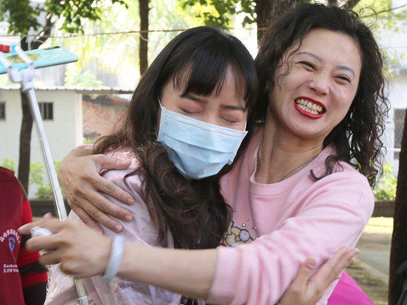 高雄市議員黃捷(左)一早到鳳山選區跑行程,現場支持者與她擁抱並加油打氣,讓黃捷感受到鳳山人的溫暖。記者劉學聖/攝影