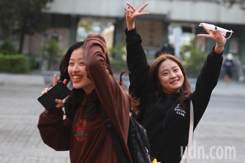 全國大學學測今天落幕,考生們開心的手舞足蹈慶祝。記者黃仲裕/攝影