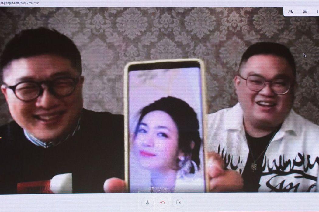 導演林孝謙(右)、編劇呂安弦(左)因在大陸拍片無法回台宣傳,特地現場連線受訪,兩...