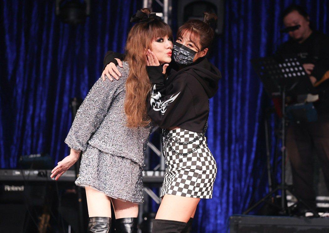 小嫻和松田丸子大玩安全之吻。記者余承翰/攝影