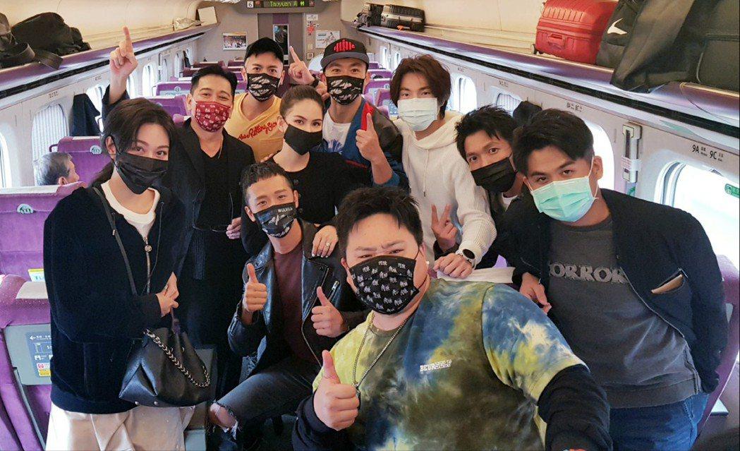 「角頭-浪流連」演員群在高鐵上巧遇「叱咤風雲」演員群。圖/齊石提供