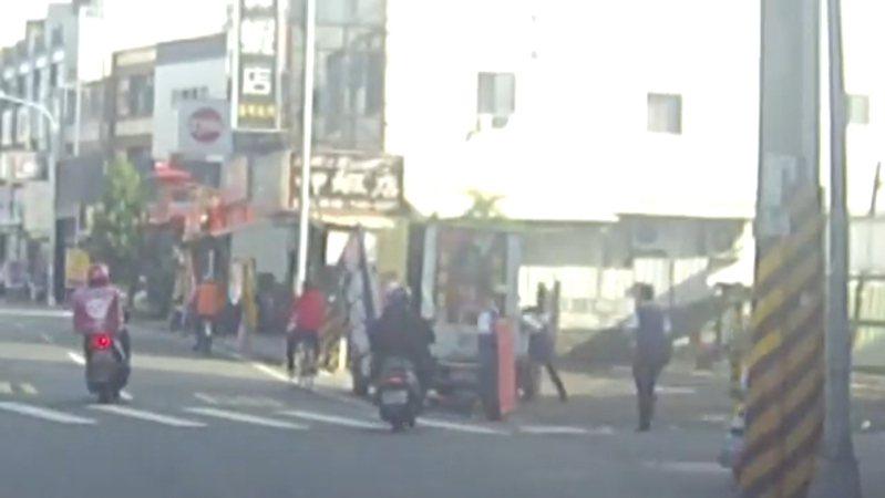 高雄今天下午舉行的罷捷遊行出現插曲,在鳳山區中山西路上,同為罷捷工作人員的陳姓男子與林姓男子,因爭論罷免布條的布置方式而起口角。記者邱奕能/翻攝