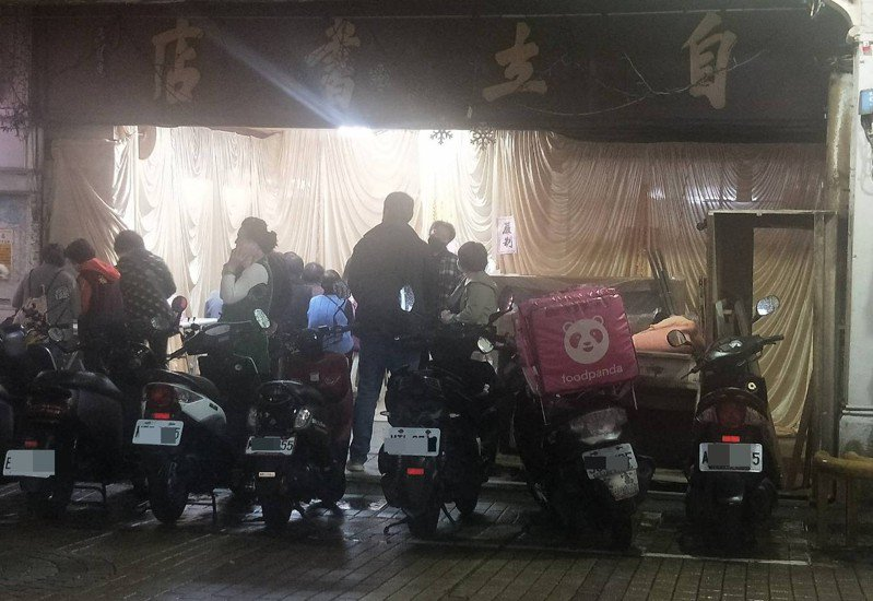 鋸琴一甲子風景成絕響,基隆自立書店老先生陳上惠往生。記者游明煌/攝影