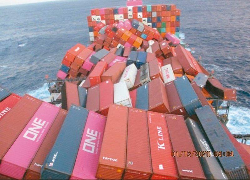 日本ONE Apus貨櫃船去年11月30日發生1,800多個貨櫃落海事件。(圖擷自推特@connorhelm)
