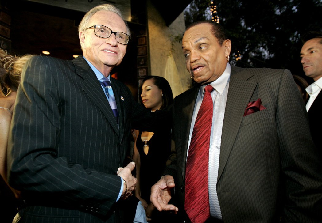 賴瑞金(左)曾和麥可傑克森的父親喬交流。圖/路透資料照片