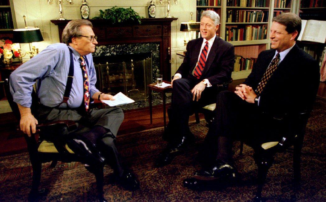 美國前總統柯林頓(中)、前副總統高爾(右)都是賴瑞金(左)的節目來賓。圖/路透資...