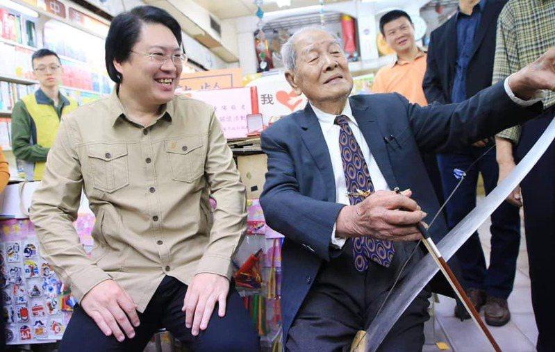 自立書店老闆去世,林右昌不捨:我見證他拿手絕活鋸琴。圖/取自林右昌臉書