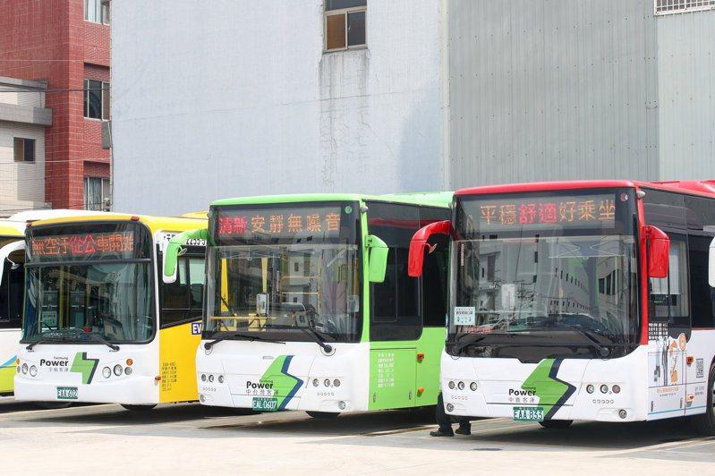 台中市交通局提升電動公車辨識度,車頭及車尾塗裝「白底綠閃電」圖案,未來規畫將台灣大道幹線化公車逐年汰換成電動公車。圖/台中市交通局提供