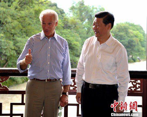 拜登(左)在2011年8月首訪中國,習近平全程陪同,兩人一起到四川都江堰參觀。圖...