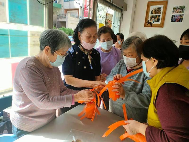 桃園社區關懷據點仍維持正常開放,老人家戴上口罩玩手作。記者張裕珍/翻攝