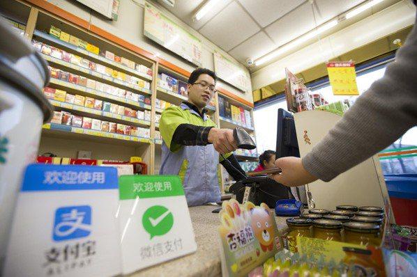 微信支付和支付寶在大陸市占合計達九成,成為用戶最常使用的行動支付產品。 (中新社...