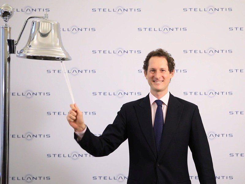 Stellantis董事長艾爾康18日在義大利米蘭的股票交易所象徵性敲鐘,慶祝公司上市。路透
