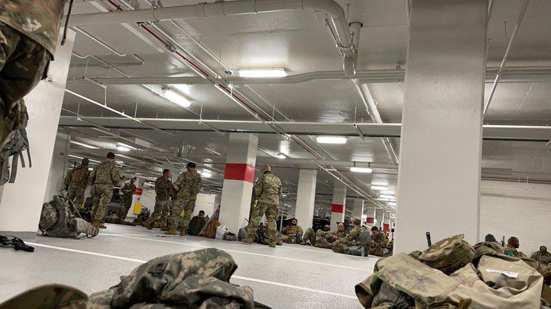 部分國民兵被迫在停車場休息的畫面在美國引起軒然大波。(紐約時報)