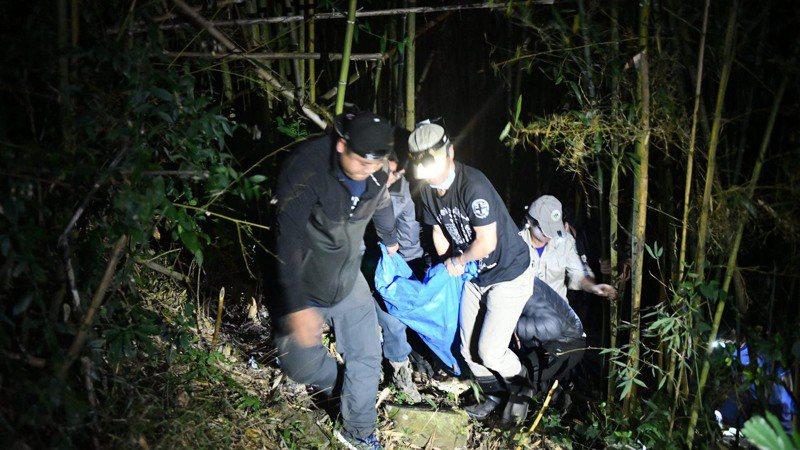 黑熊麻醉後由護管員於竹林陡坡中搬運情形。圖/東勢林管處提供