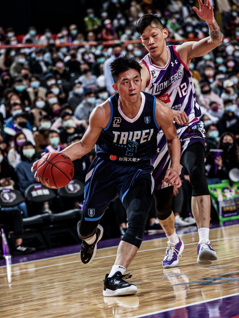 富邦勇士隊簡偉儒(前)拿下全場最高的19分。圖/台北富邦勇士隊提供