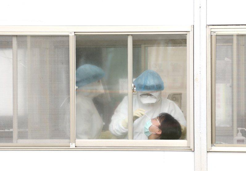 部桃病患已陸續撤離,醫護人員分批接受篩檢。記者林俊良/攝影
