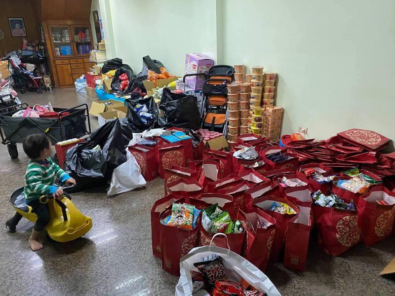 網友表示,「獎品內容物全是餅乾、糖果、小袋子和60隻左右的戽斗恐龍」。圖擷自facebook