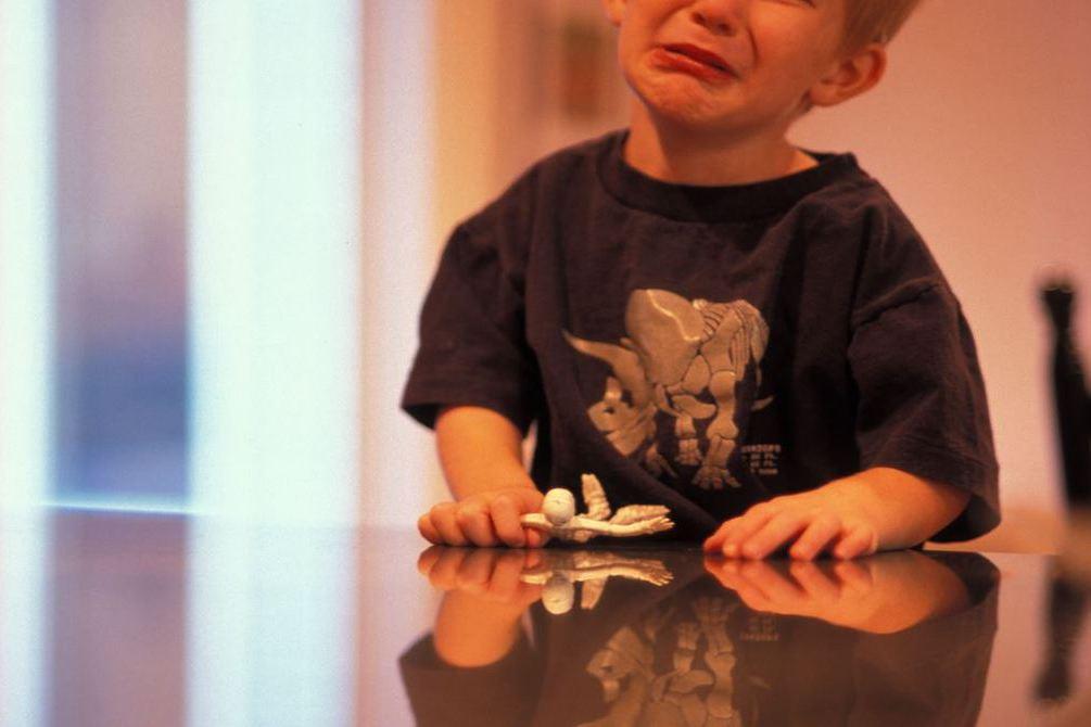 童上課看手機遭沒收淚崩 一問才知想媽媽:她在桃園不能回家