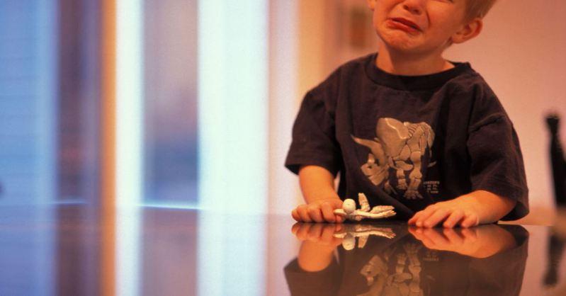 一名家長在網路控訴,就讀幼稚園的兒子因為跟同學發生衝突,不小心把對方眼鏡踩壞,結果他的媽媽要求賠1萬元,讓該名家長無法接受。 示意圖/ingimage