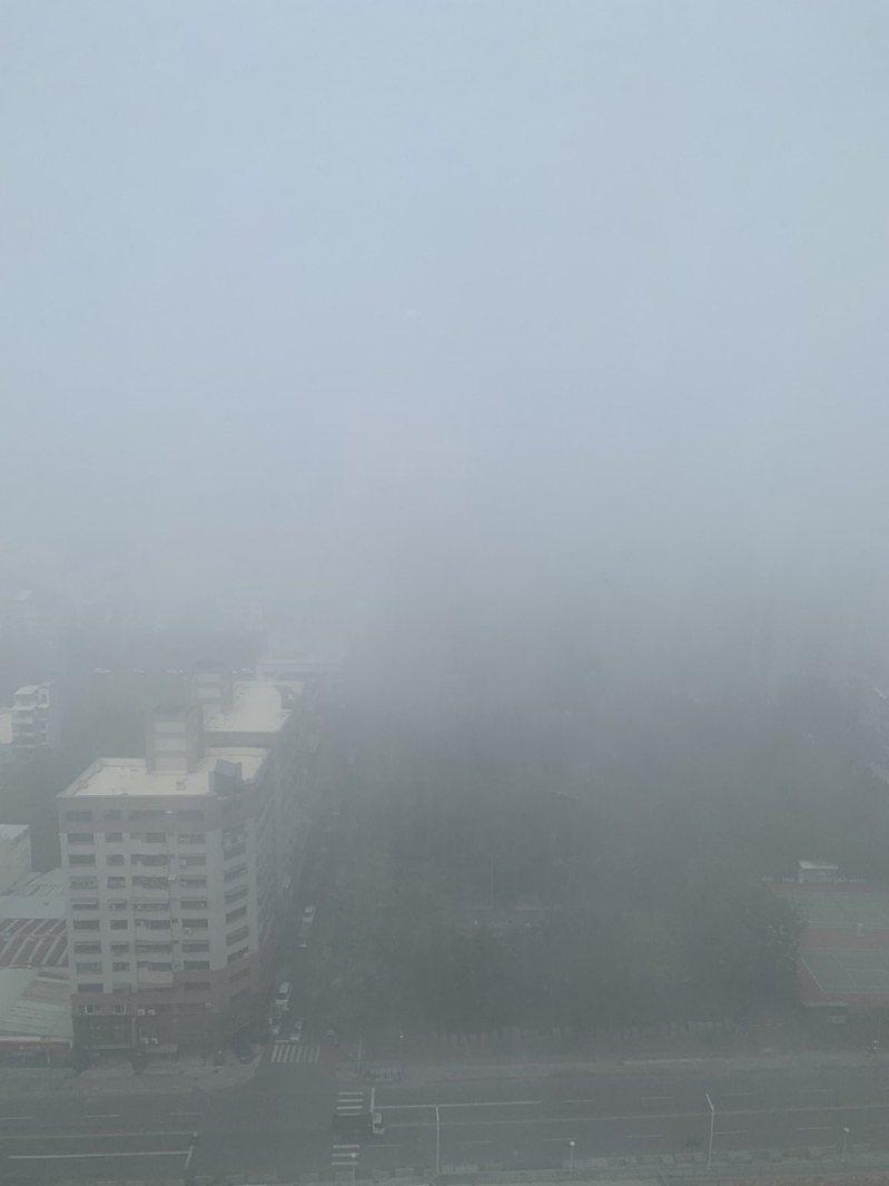 空汙嚴重,民眾今日從高雄鼓山住家望出去一片霧茫茫,建築物幾乎被掩蔽。圖/讀者提供